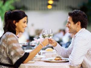 couple-enjoying-dinner